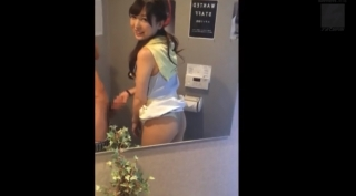 【スマホ撮影】ハメ撮り師にトイレで「ちょっとしゃぶってよ」と言われると「大丈夫?」と聞きながら結局口内射精までさせちゃう従順な彼女【素人】