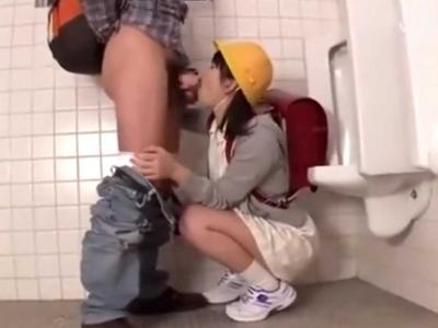 【口内射精】ランドセル背負った小◯生コスの少女にトイレでおちんちんをしゃぶらせちゃう【ごっくん】