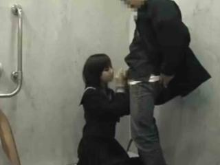 公衆トイレで援交JKにフェラ抜き♡口内射精された精子は便器に吐き出すw