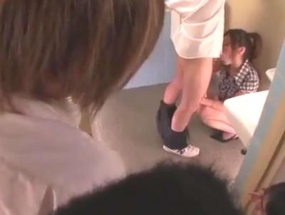 【椎名ゆな】昼休み学校のトイレで男子の性欲処理してあげてる先生w【口内射精】