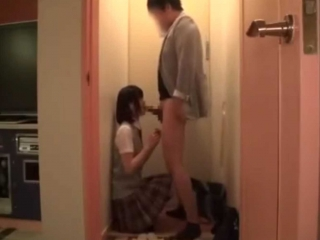 【個人撮影】援交ロリッ子制服美少女にラブホの玄関で我慢できなくて早速しゃぶらせちゃう