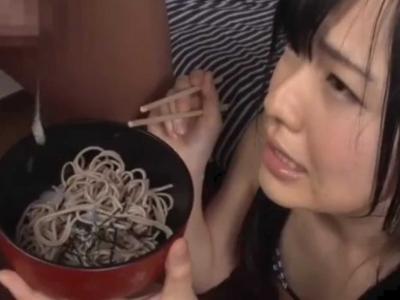 めっちゃ嫌そうな顔しながらもザーメンかかった蕎麦をすする宮沢ゆかりちゃんw