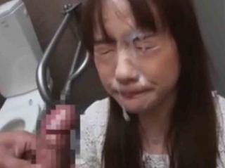 公衆トイレでぬちゅぬちゅ素人女子のお口にちんぽ出し入れしたら大量顔射w