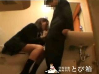 公衆トイレでイチャツイてたカップルが我慢できなくなってJK彼女にお口で抜いてもらう動画